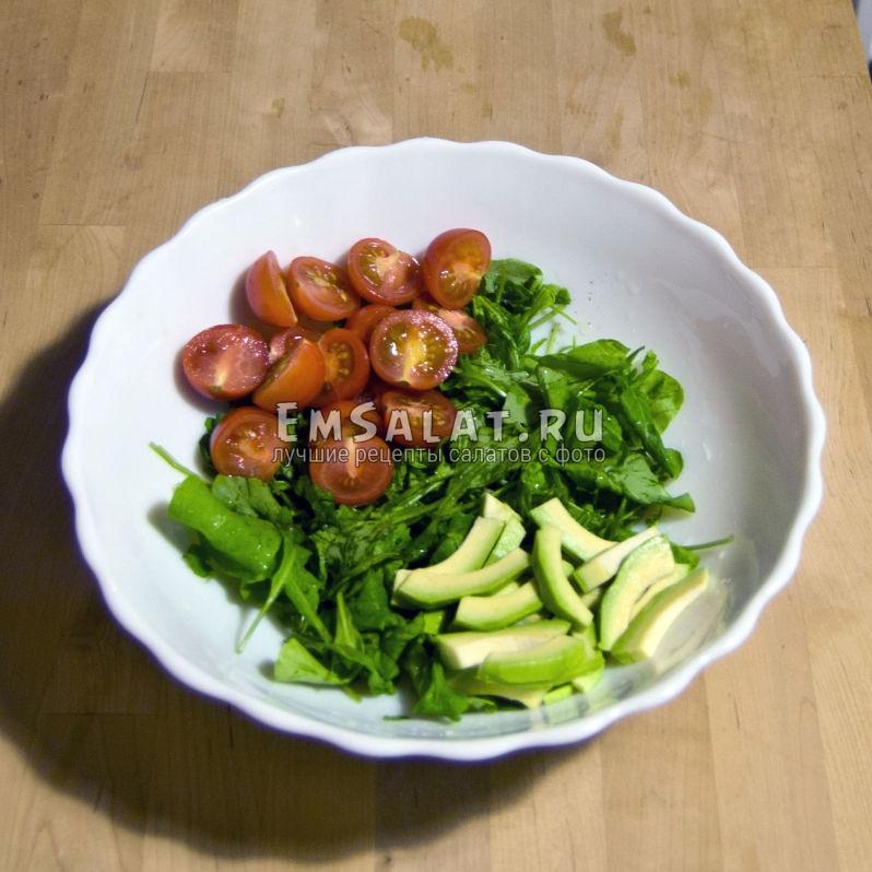 Черри и авокадо нарезаем, смешиваем с листьями рукколы
