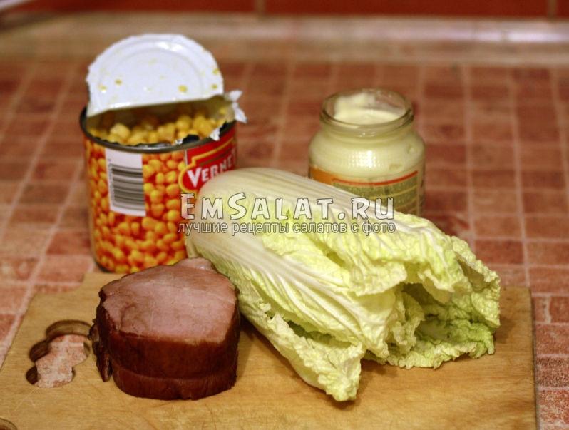 ингредиентами для салата будут: пекинская капуста, консервированная кукуруза, ветчина и майонез