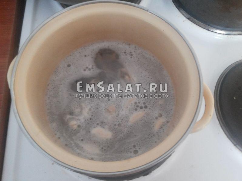 Мидии в кастрюле в кипящей воде