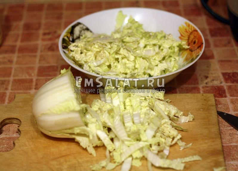 нарезаем пекинскую капусту полосками по 1 сантиметру