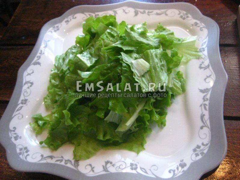 крупно порезанные листья салата