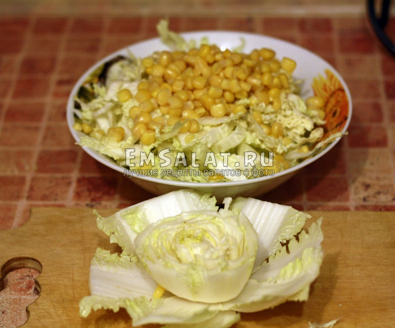 добавляем к пекинской капусте консервированную кукурузу