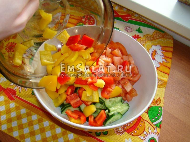 Смешиваем все ингредиенты для салата в одной миске