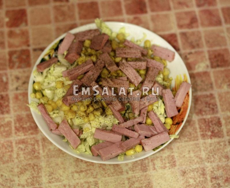 добавляем к салату нарезанную соломкой ветчину