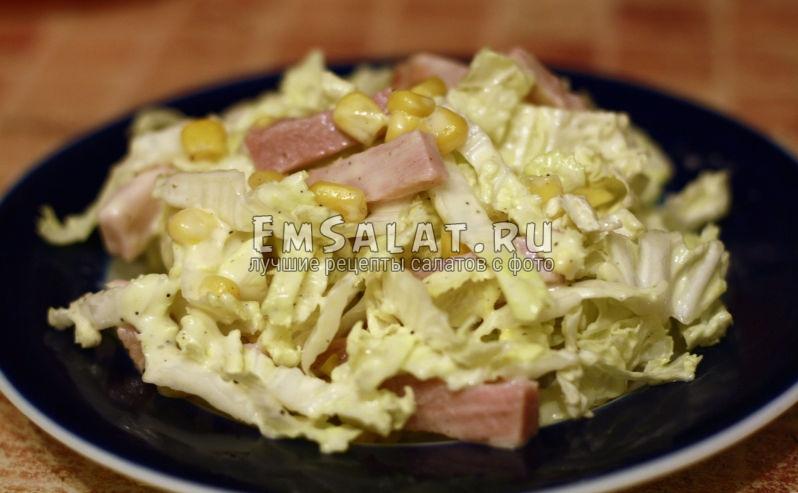 заправленный салат майонезом готов к подаче