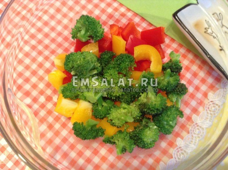 Готовая капуста брокколи и порезанный сладкий красный и желтый перец.