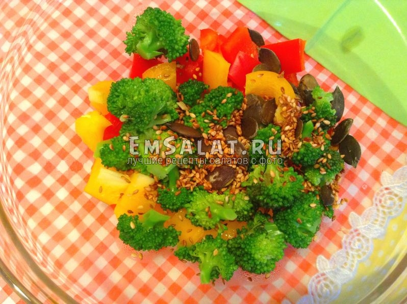 В салат из капусты брокколи со сладким перцем добавлены тыквенные семечки и кунжут.