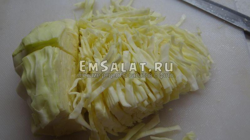 Покрошить капусту тонкой соломкой для салата из белокочанной капусты