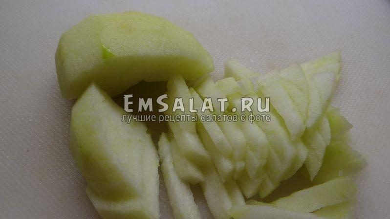 Очищенное яблоко покрошить тонким бруском для капустный салата с яблоком