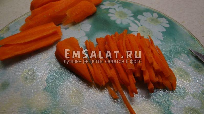 Морковь нашинковать по диагонали тонким бруском
