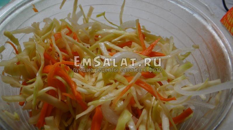 Порезанные овощи соединить и промять пока на появится рассол