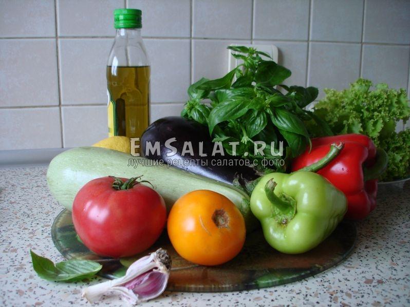 спелый баклажан, кабачок, перцы, помидоры