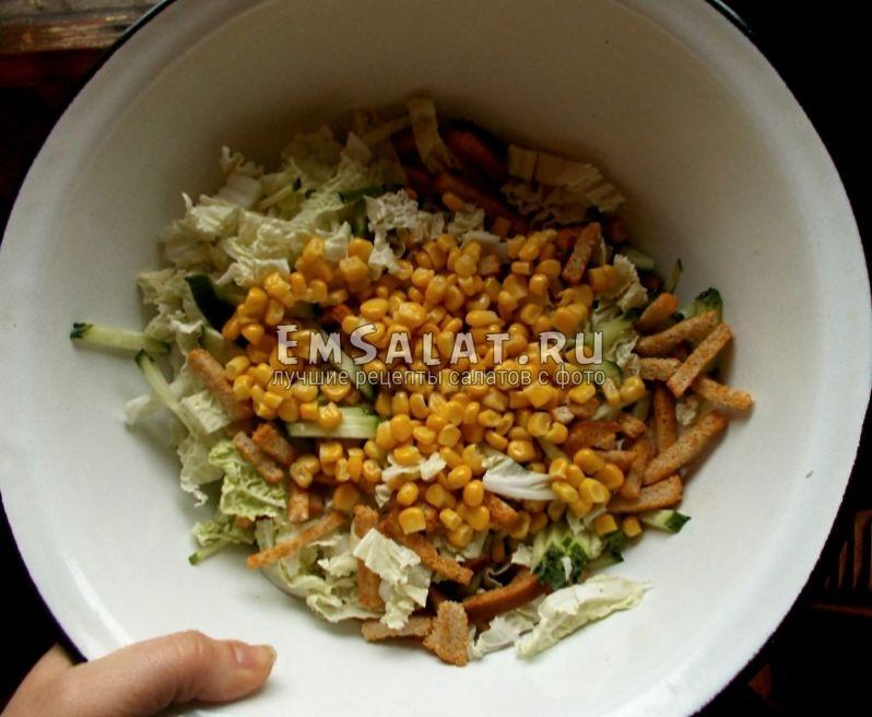 все ингредиенты в миске и кукуруза
