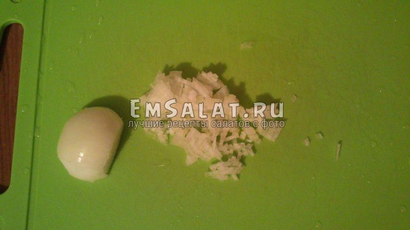 половинка луковицы мелко нарезана