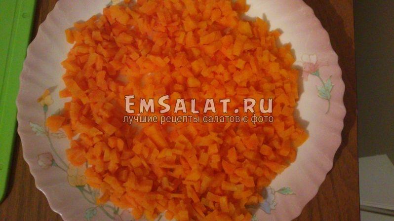 морковь нарезанная кубиками разложена на тарелке