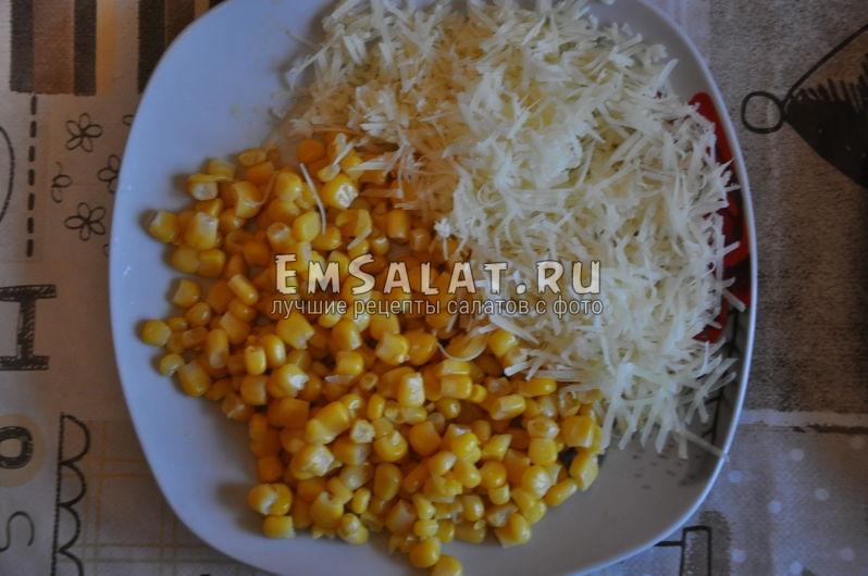 Консервированная кукуруза и твёрдый сыр, натёртый на мелкой тёрке