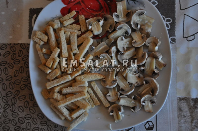 Грибы, приготовленные в микроволновке и сухарики