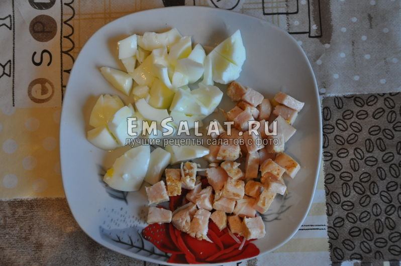 Нарезанная кубиками курица и белки яиц