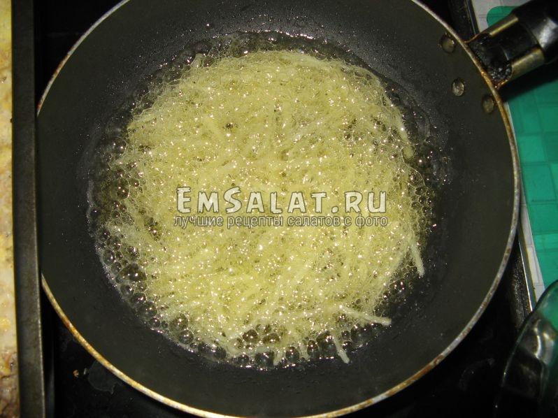 обжариваем тёртый картофель в масле