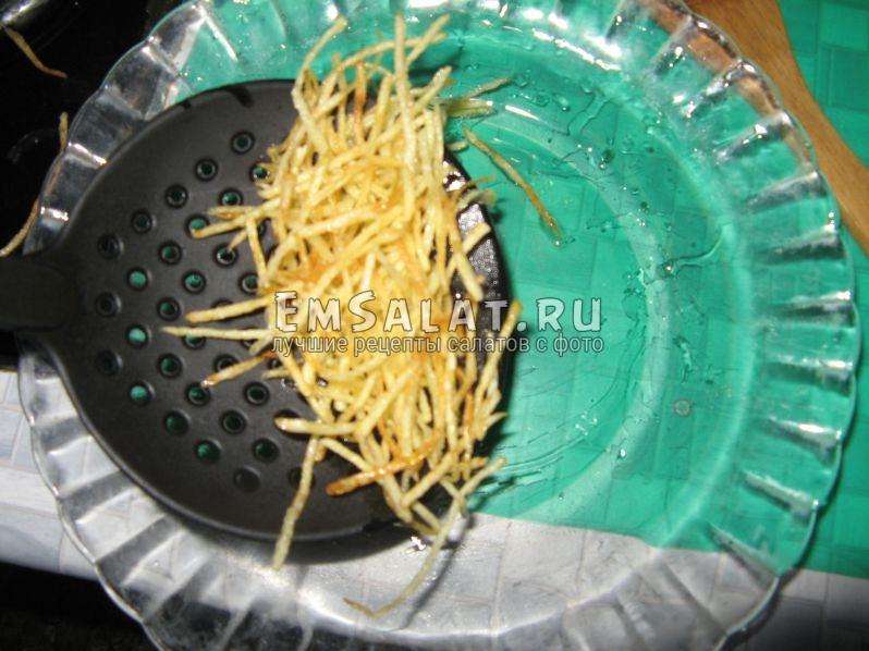 готовую картофельную соломку вынимаем шумовкой