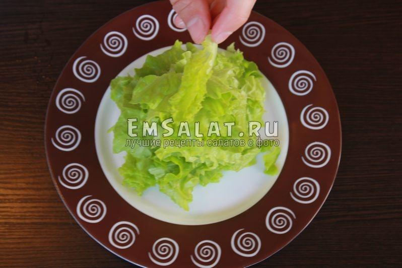 крупно порвать листья салата