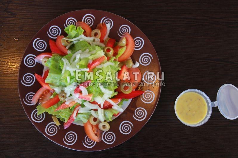 овощи: перец, помидор, листья салата, маринованный лук, оливки, зелень