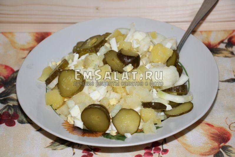 Перемешанные яйца, картофель, солёные огурцы, лук и соль