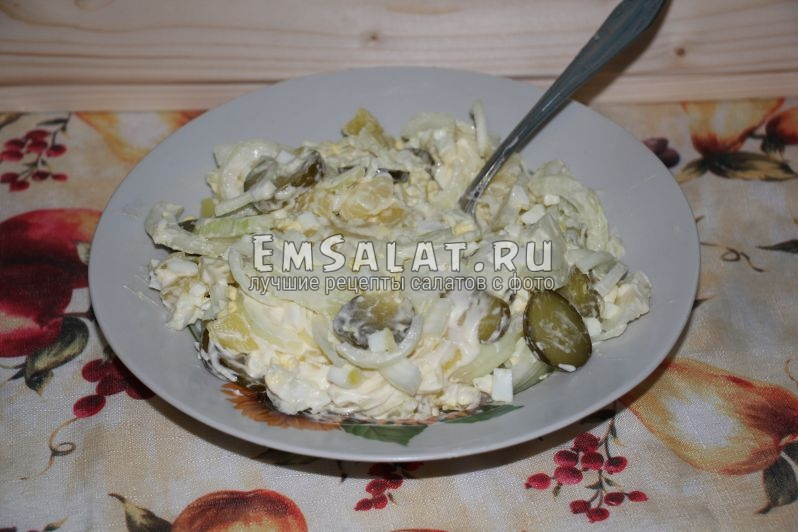 Готовый салат, заправленный майонезом
