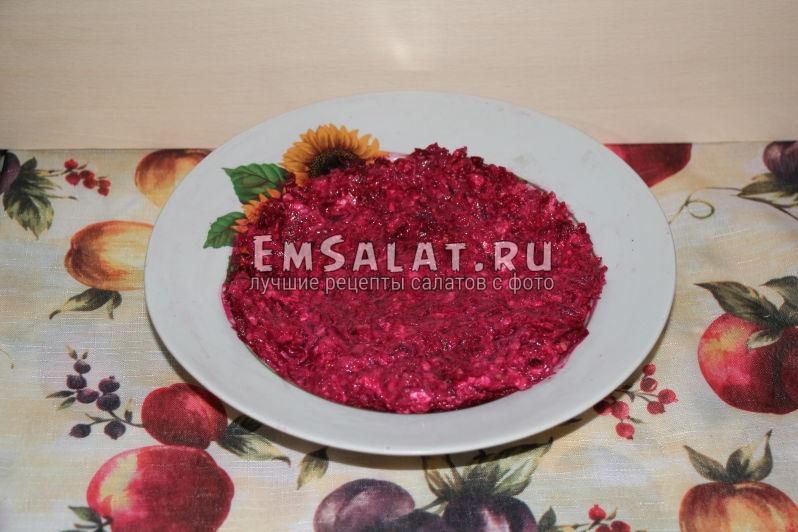Готовый свекольный салат с грецкими орехами