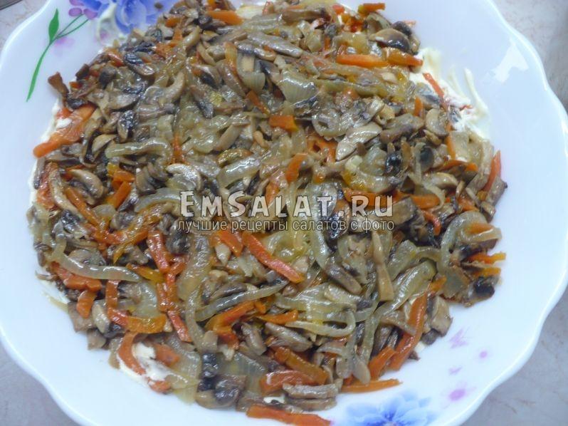 Выложить обжаренные грибы с луком и морковью.