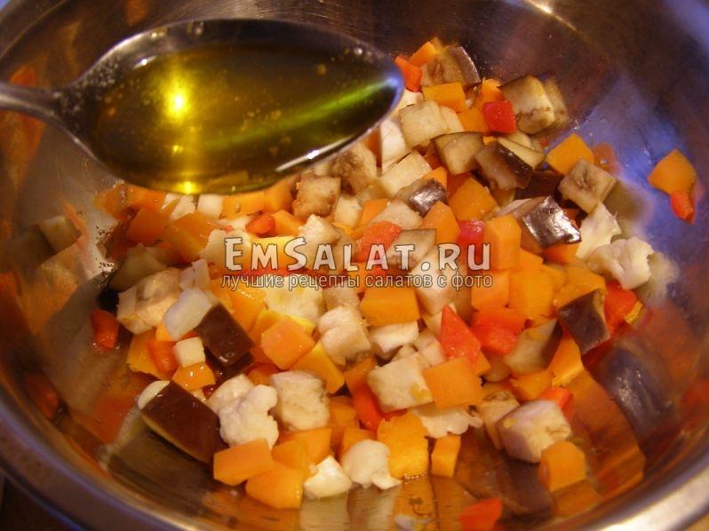 в салат, где уже все ингредиенты, нальем масло