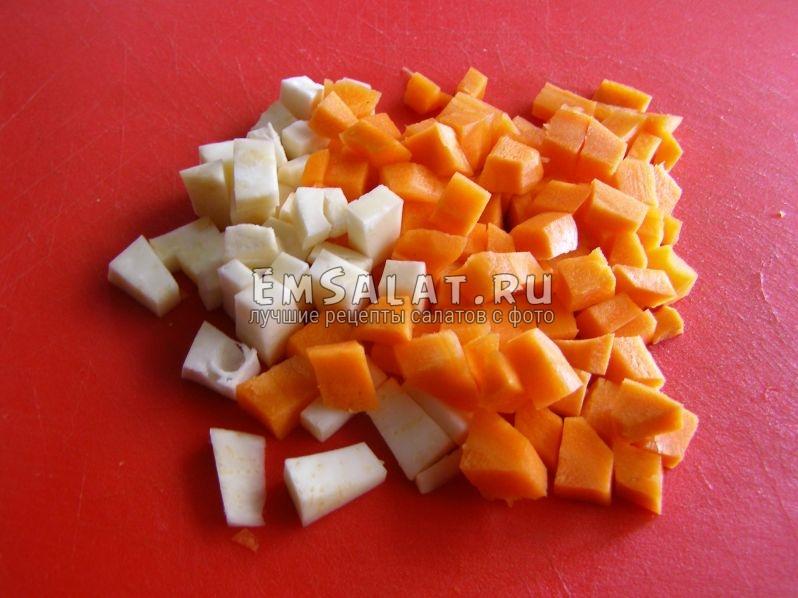 нарежем первыми сельдерей и морковь, потому что они дольше готовятся