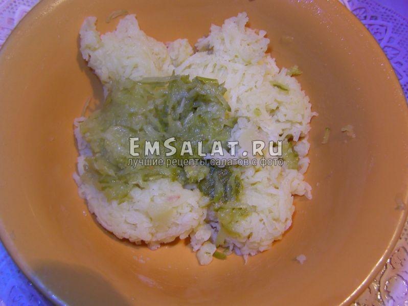 тертые картофель и огурец соленый