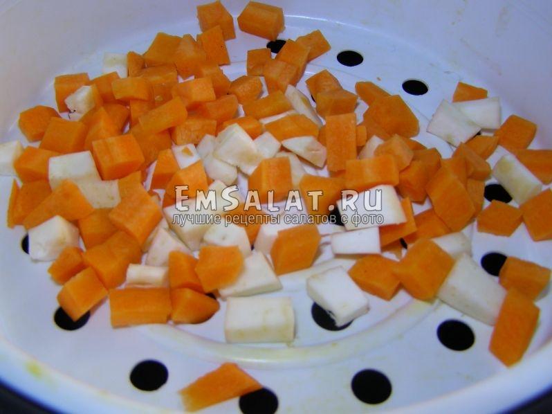 положим кубики моркови и сельдерея в чашу мультиварки