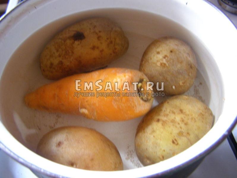 картофель и морковь в кастрюльке