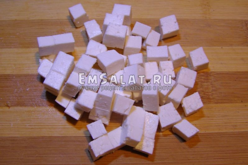 нарежем брынзу на кубики