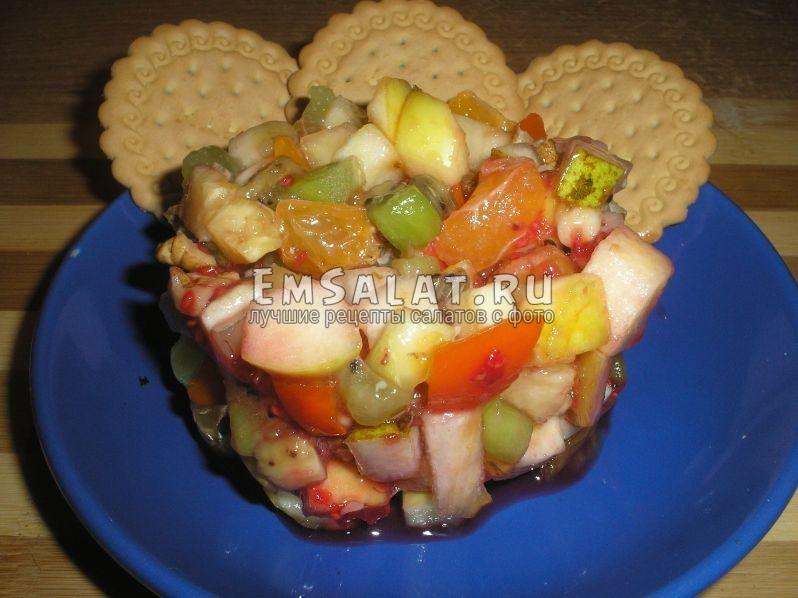 готовый салат из фруктов и орехов выкладываем в красивой форме