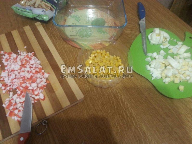 добавим кукурузу и майонез
