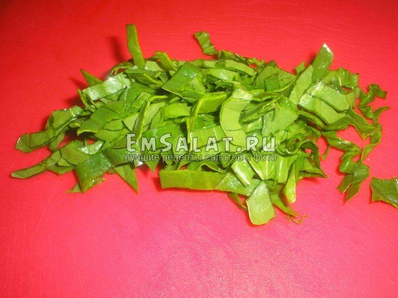 шпинат нужно нарезать красивыми тонкими ленточками