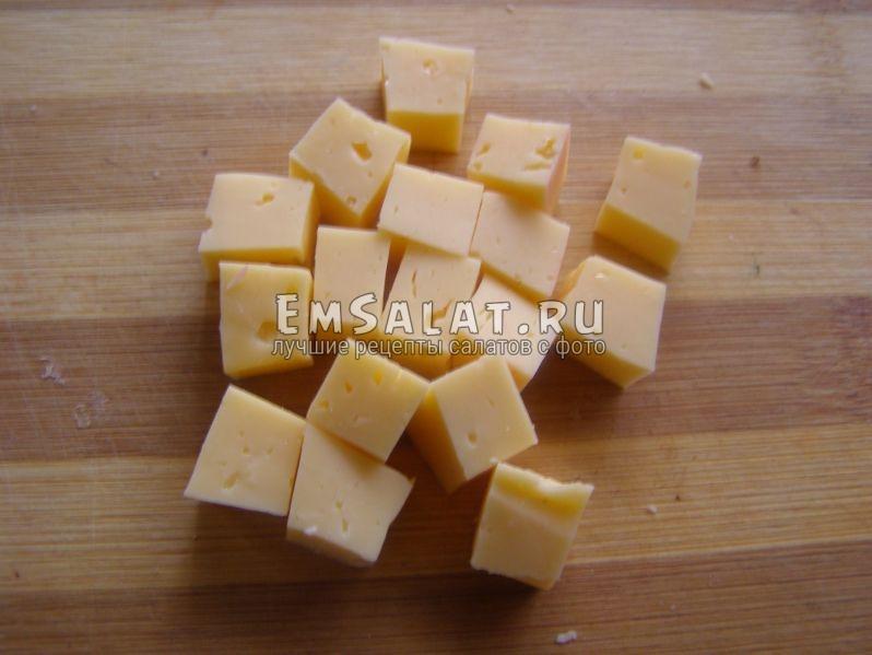 кубиками нарезанный сыр