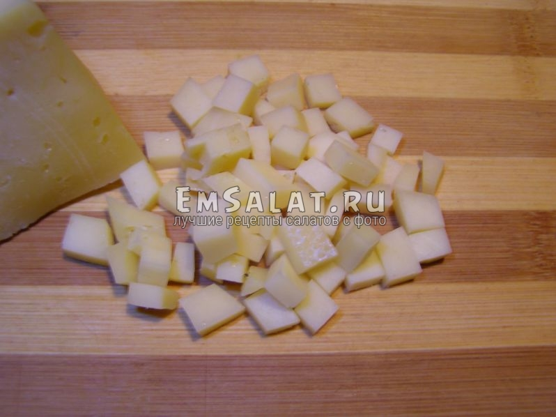 сыр нужно резать тоже кубиками