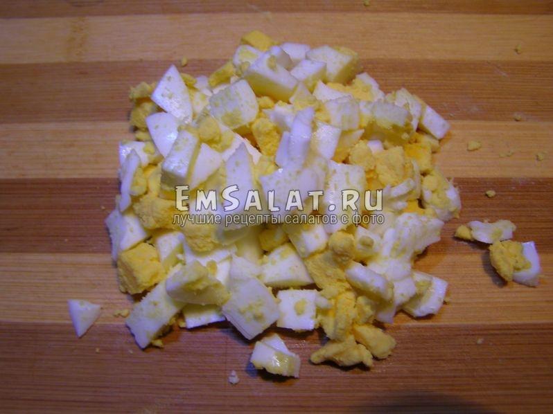 яйца режем кубиками, важно, чтобы не оптеряли формы