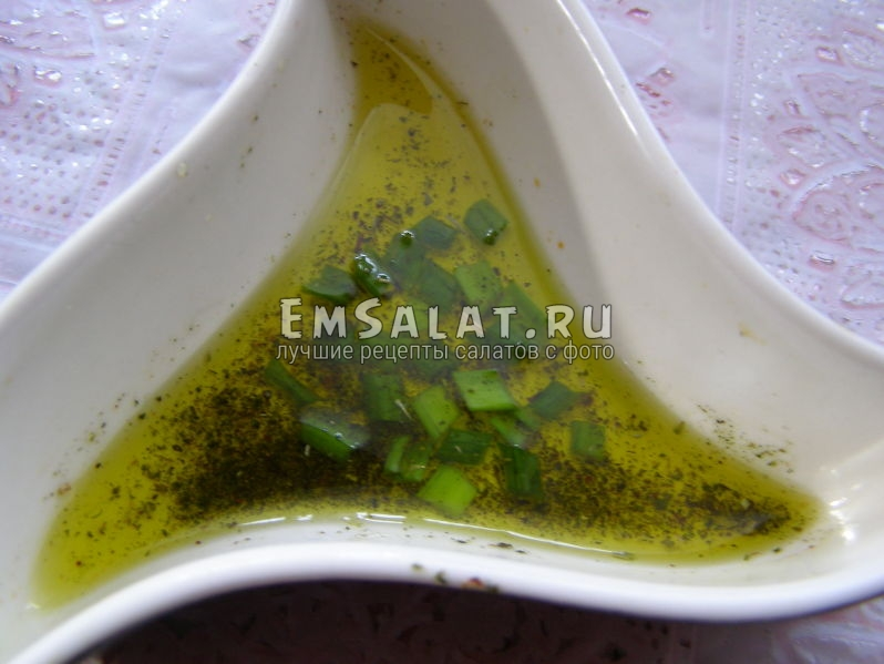 приготовленная салатная заправка из оливкового масла и зелени
