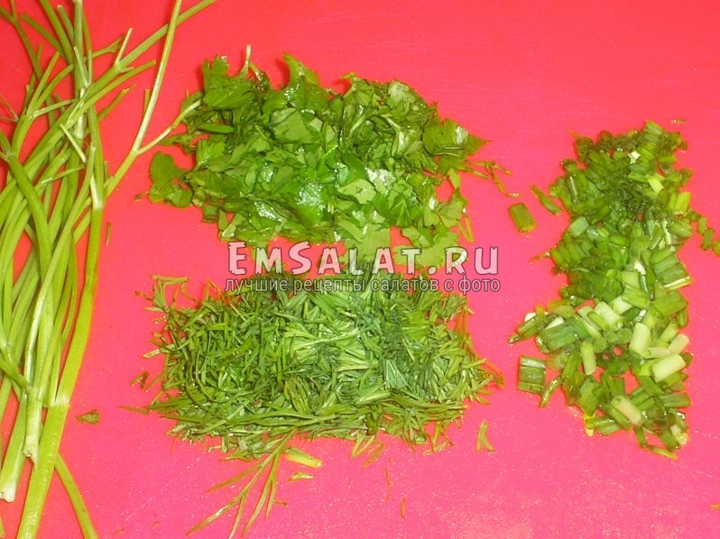 укроп, петрушка и зеленый лук порезаны