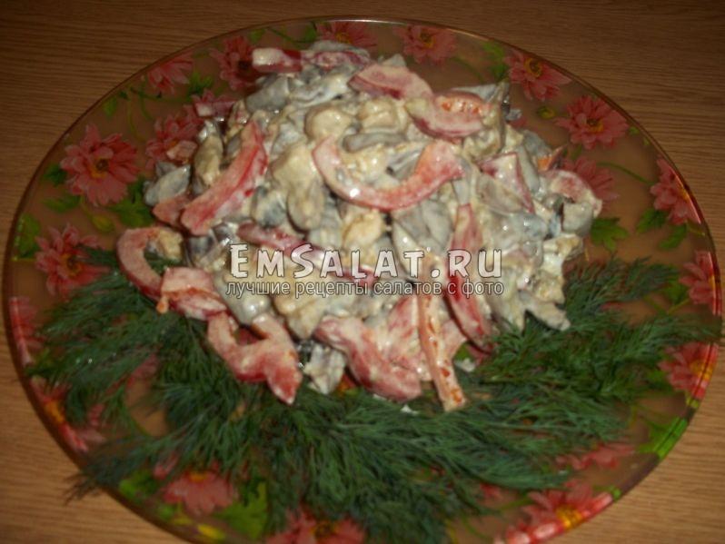 Кавказский салат на зеленой подушке