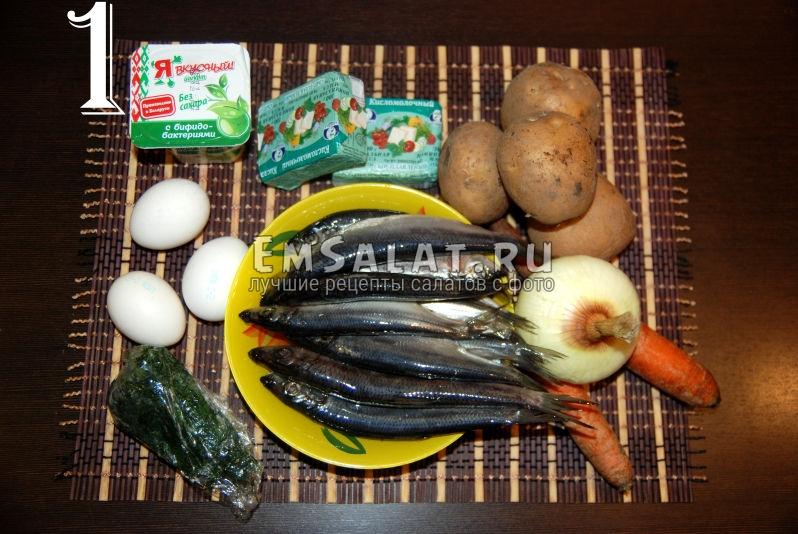 Состав салата из соленой салаки в виде рулета: отварные морковь и картофель, яйца, плавленый сыр, лук, зелень, несладкий йогурт, соленая салака.