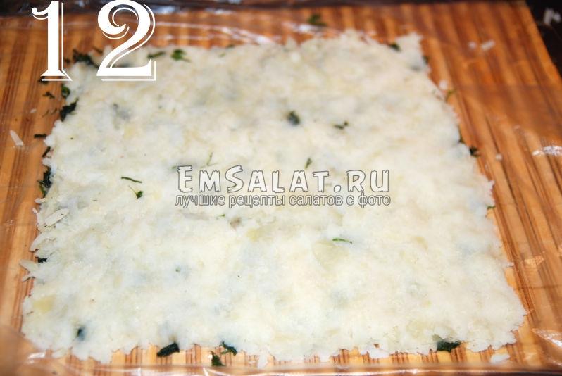 Укладываем слой картофеля на зелень. Это следующий слой салата из соленой салаки в виде рулета.
