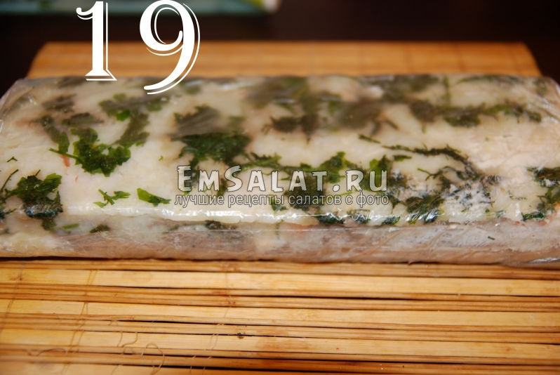 Рулет из соленой салаки в пищевой пленке.