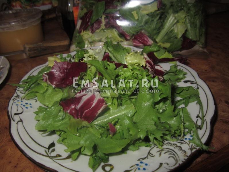 Накладываем микс-салат на блюдо