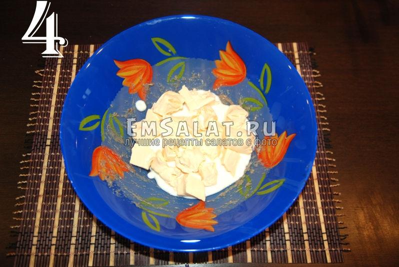 Плавленый сыр залитый несладким йогуртом.